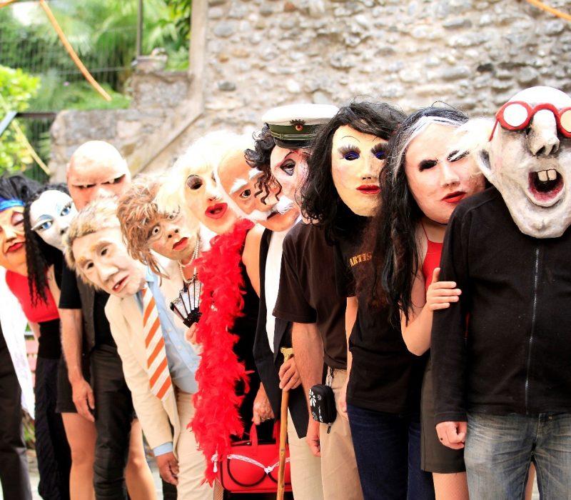 Mehre Personen mit Masken