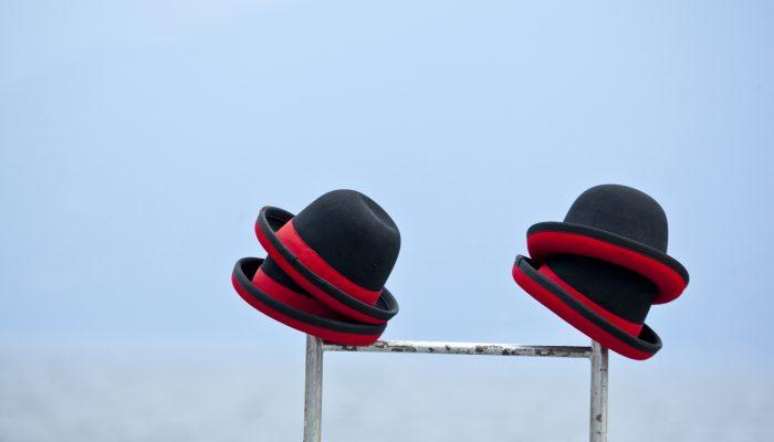 Zwei Hüte auf einer Leiter